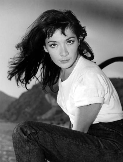 Juliette Greco làm mẫu thời trang trong thập niên 1950. Ảnh: Everett Collection.