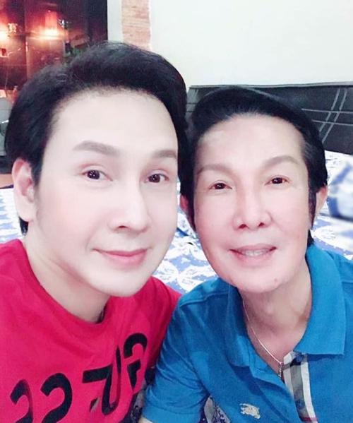 Nghệ sĩ Vũ Luân (trái) bên nghệ sĩ gạo cội Vũ Linh