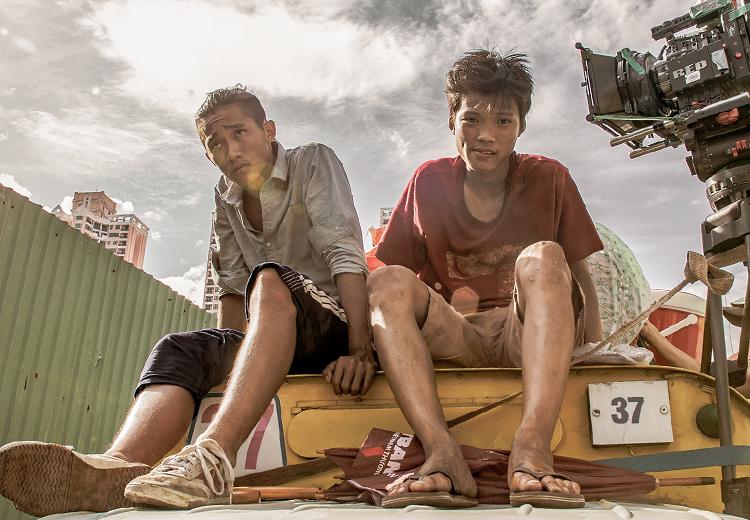Trần Anh Khoa - vai Ròm (phải) và Anh Tú Wilson - vai Phúc - hai đối thủ làm nghề cò đề trong phim. Ảnh: Hồng Ngân.