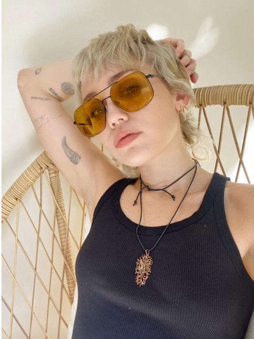 Miley Cyrus đeo vòng cổ hình nhạy cảm của