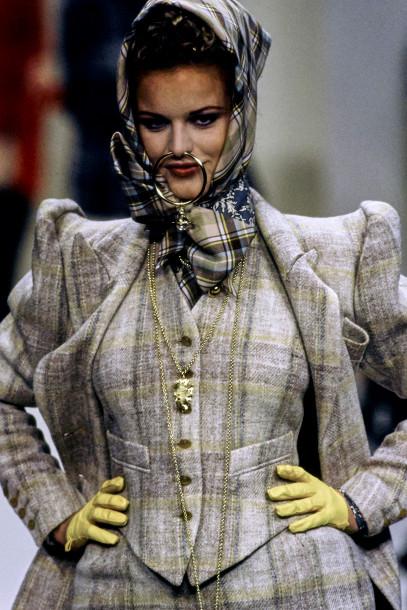 Người mẫu đeo mặt dây chuyền hình bộ phận sinh dục nữ trong show