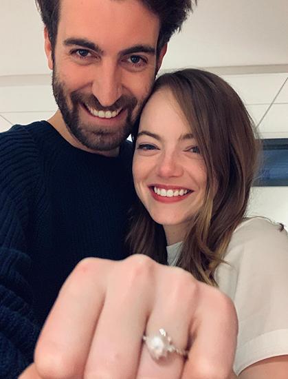 Emma Stone khoe nhẫn đính hôn cùng bạn trai Dave McCary. Ảnh chụp màn hình từ Emma Stone Instagram.