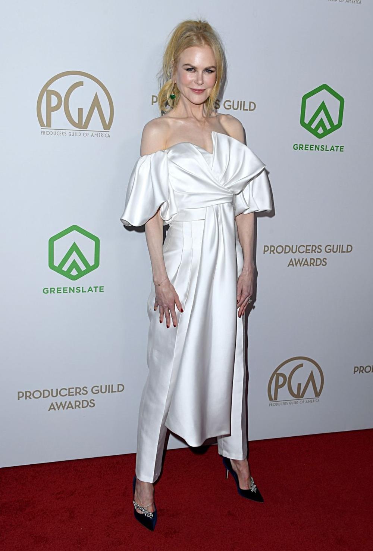 Trước đó một ngày, diễn viên dự sự kiện Producers Guild Awards với set áo ống cách điệu, quần lụa trắng J Mendel, phối khuyên tai xanh ngọc lục bảo Hanut Singh. Ảnh: WireImage.
