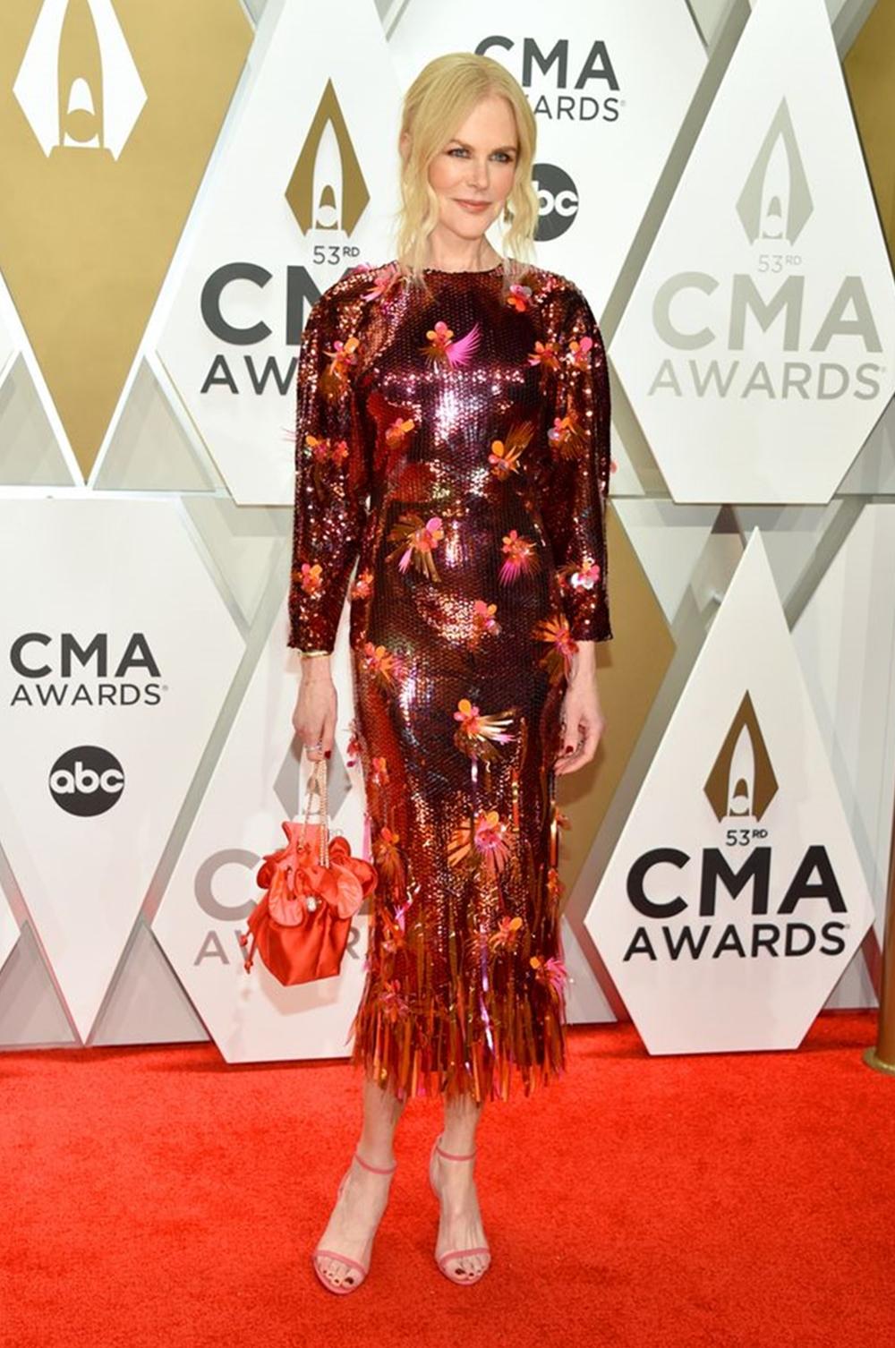 Tại lễ trao giải CMA 2019, Nicole Kidman thu hút ống kính với thiết kế sequin đính hoa của Versace, mix-match túi Sophia Webster, dép Jimmy Choo đồng điệu. Ảnh: WireImage.