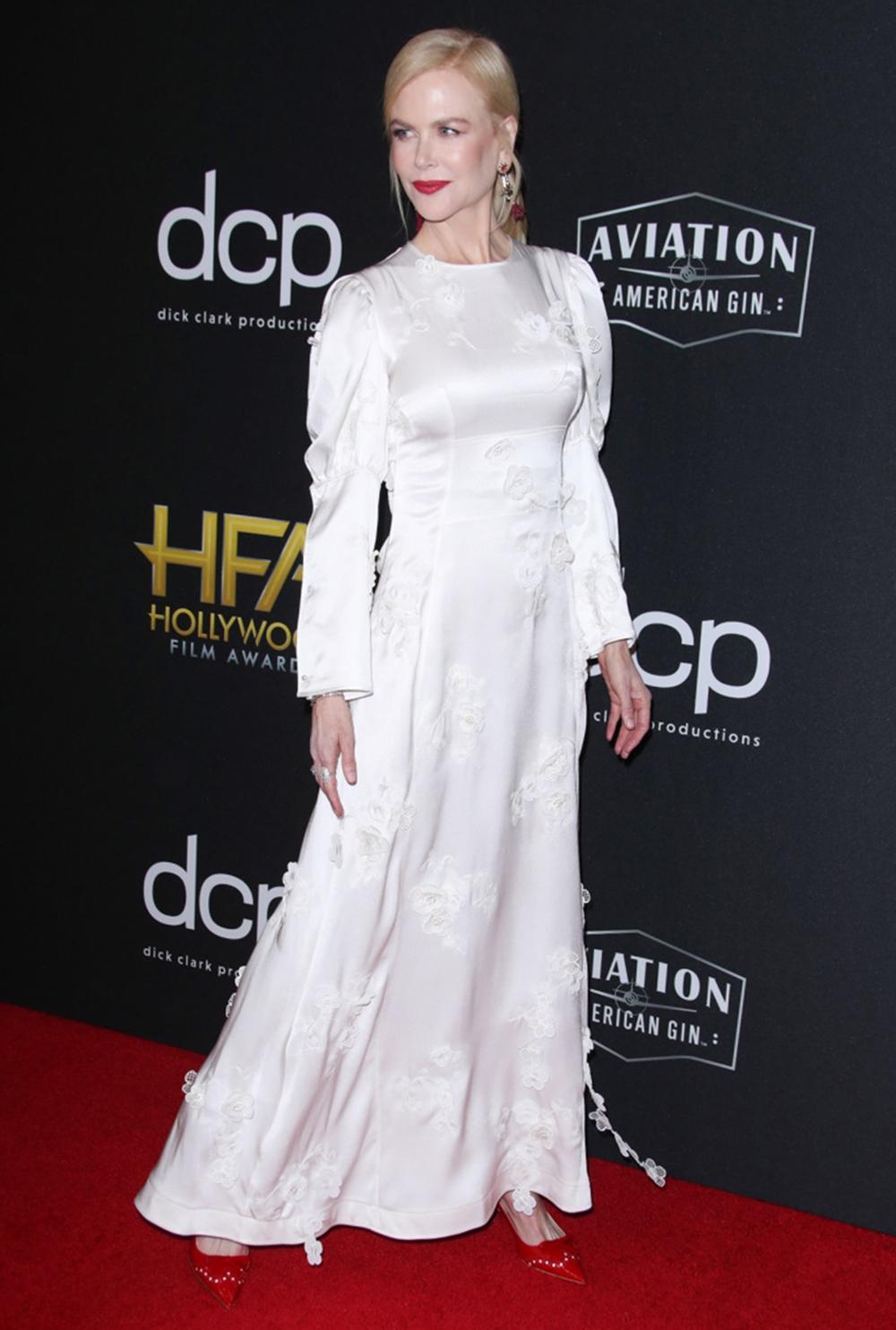 Khi nhận giải thưởng diễn xuất tại Hollywood Career Achievement Award 2019, cô được khen thanh lịch với váy satin trắng Loewen cùng giày đỏ Miu Miu.