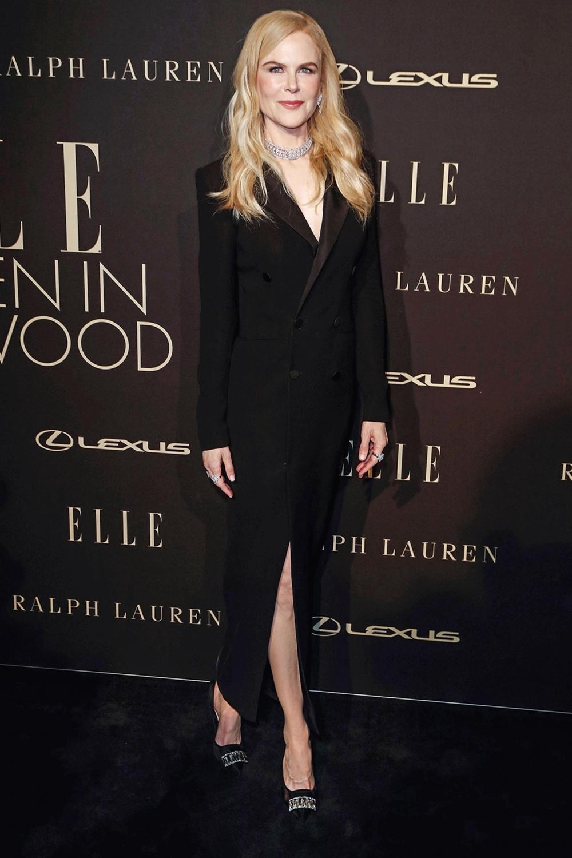 Diễn viên phối váy tuxedo thuộc BST mùa thu 2019 của Ralph Lauren với loạt trang sức lấp lánh, trong sự kiện hồi tháng 10/2019. Ảnh: AFP.