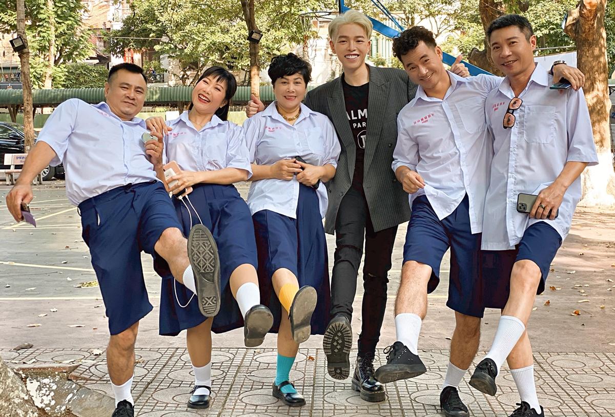 Từ trái sang: Tự Long, Thu Hương, Minh Hằng, Đức Phúc, Xuân Bắc và Công Lý vui đùa cùng nhau trên phim trường. Ảnh: Thanh Huyền.