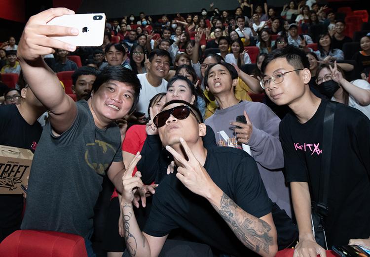 Đạo diễn Ròm Trần Anh Khoa (trái) và rapper Wowy (giữa) - người hát nhạc phim -