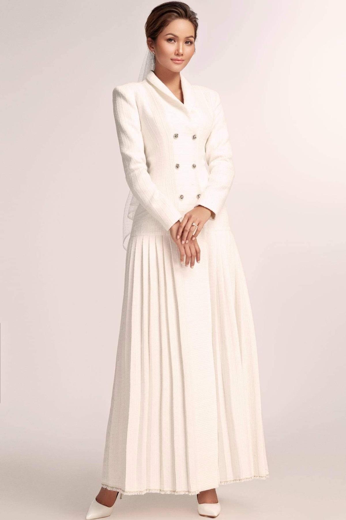 Loạt váy từ vải tweed được dệt thủ công, tỉ mỉ và kiểm soát chặt chẽ. NTK Nguyễn Phương Đông biến tấu chất liệu này thành váy dài, giúp Hoa hậu H'Hen Niê toát lên vẻ sang trọng.