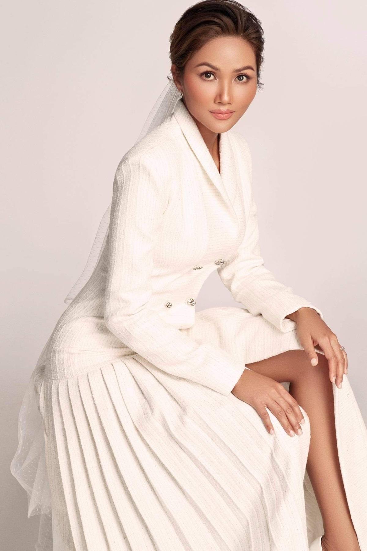 NTK Nguyễn Phương Đông cho hay: Phụ nữ thường đặt nhiều kỳ vọng vào chiếc váy cưới trong khoảnh khắc quan trọng nhất đời mình. Khoác lên mình chiếc váy cưới gợi cảm, tôn dáng khiến họ thấy thoải mái và tự tin. Khi đó, họ được là chính mình, ở phiên bản hoàn hảo, xinh đẹp và hạnh phúc nhất.