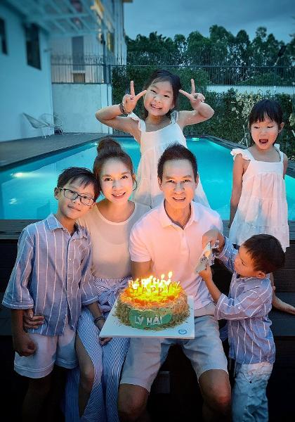 Lý Hải cùng vợ và bốn con mừng sinh nhật anh, tối 28/9. Ảnh: Lê Tuấn.