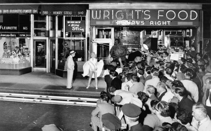 Đám đông báo chí, người hâm mộ, nhiếp ảnh gia tụ tập trong buổi quay ở New York. Ảnh: Shaw Family Archives.