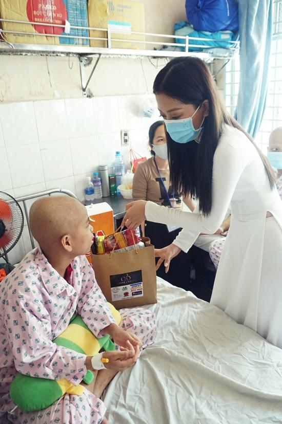 Ba người đẹp chuẩn bị quà bánh và tiền mặt để động viên 120 bé đang điều trị nội trú trong thời gian này.