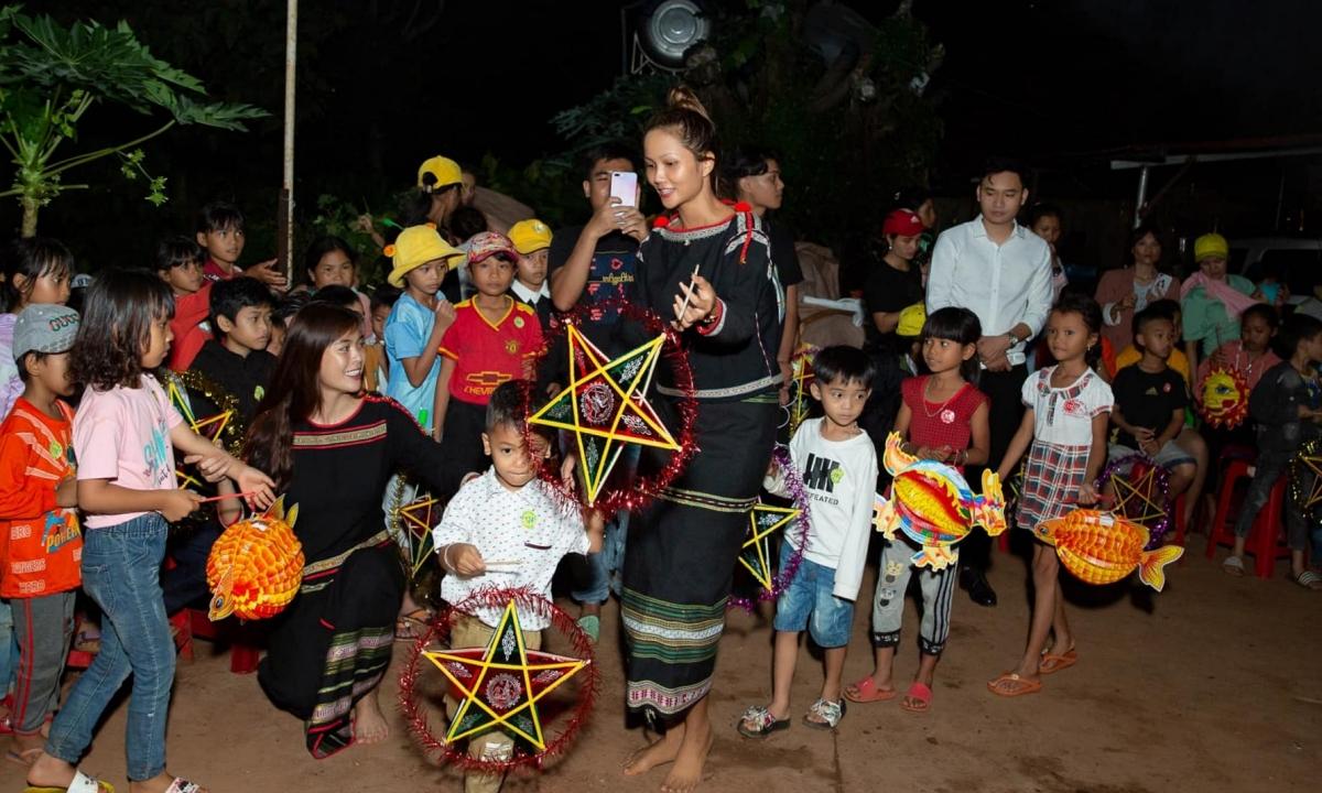 HHen Niê cho biết cô hạnh phúc vì mang đến niềm vui về tinh thần cho các em nhỏ.
