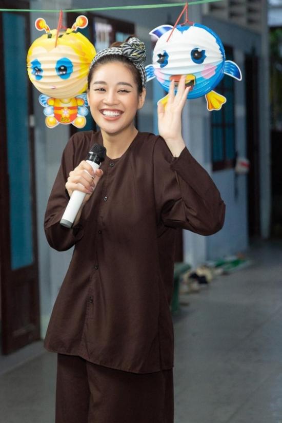 Trước đó, Khánh Vân cũng đi trao quà tại One Body Village (ngôi nhà Một Thân Hình, TP HCM, nơi cưu mang các bé gái từng bị xâm hại). Hoa hậu hóa trang thành chú Cuội để vui chơi, rước đèn cùng mọi người.