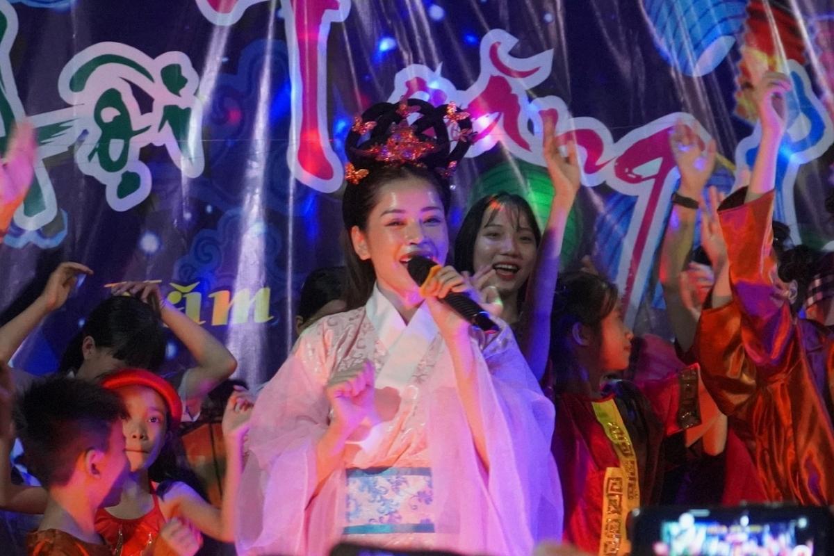 Chi Pu chọn chùa An Sơn (Phú Yên) để tổ chức đêm nhạc mừng Trung thu. Cô hóa thân thành chị Hằng, vừa ca hát vừa cùng các em nhỏ xem múa lân, chơi trò chơi và giao lưu. Nữ ca sĩ chuẩn bị 700 phần quà gửi tặng cho trẻ em địa phương. Ảnh: GOM.