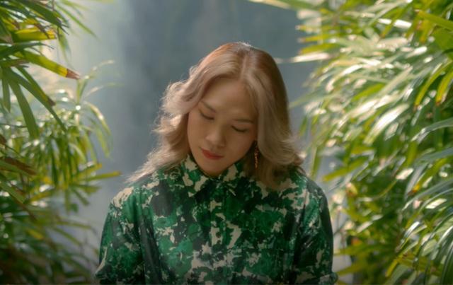 Nữ ca sĩ diện váy dáng sơ mi màu xanh lá cây của Kenzo giá 750 USD nhưng vẫn không bắt mắt bởi trang phục không phù hợp với vóc dáng. Ngoài ra, mái tóc bổ luống của cô cũng bị nhiều người chê lỗi thời.