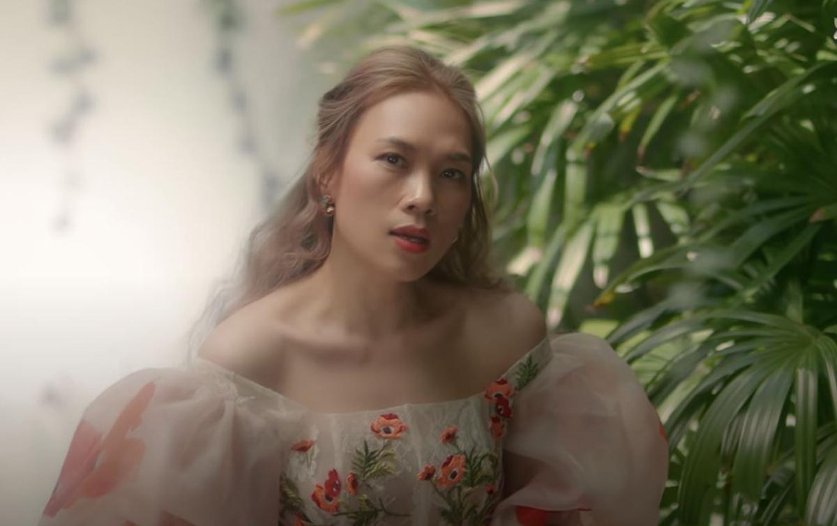 Nếu với đồ hiệu, Mỹ Tâm thể hiện phong cách mạnh mẽ, với đồ trong nước, cô chọn phong cách nữ tính, tiểu thư với váy tay bồng thêu hoa trước ngực của nhà thiết kế Từ Trung Hiếu.