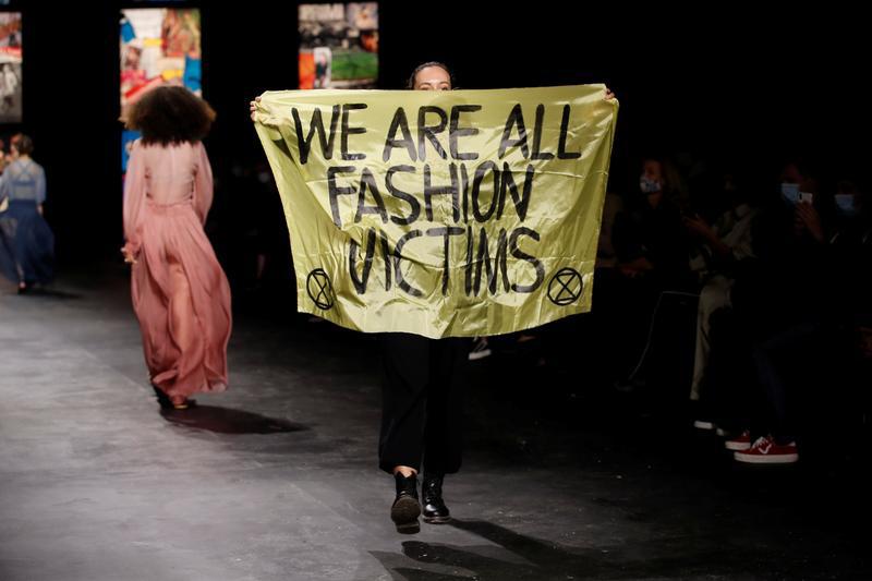 Biểu tình trong show Dior. Ảnh: Reuters.
