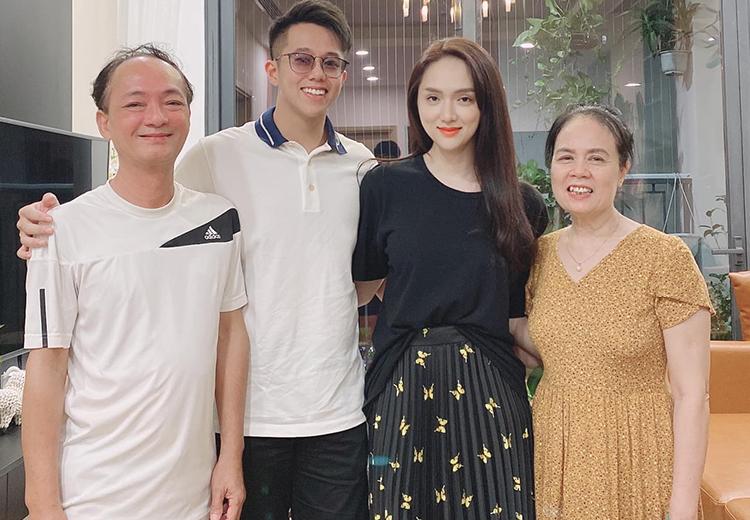 Hương Giang bên bạn trai Matt Liu và bố mẹ. Ảnh: Nhân vật cung cấp.