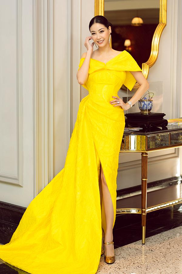 Hoa hậu Hà Kiều Anh trong thiết kế xẻ tà, triết eo, tôn đôi chân thon.