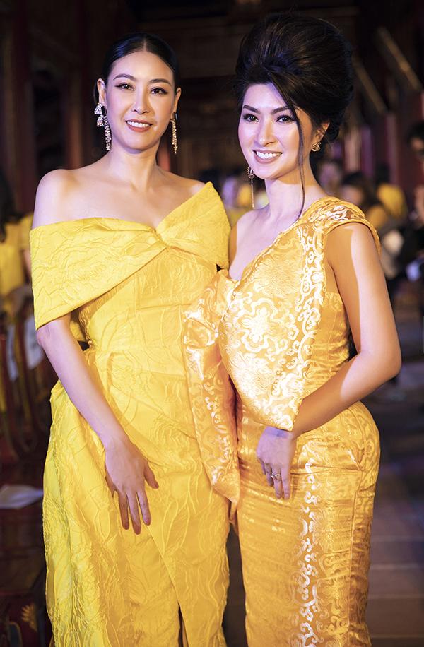 Ca sĩ Nguyễn Hồng Nhung (phải) trong bộ đầm ôm với chiếc nơ bản to làm điểm nhấn.