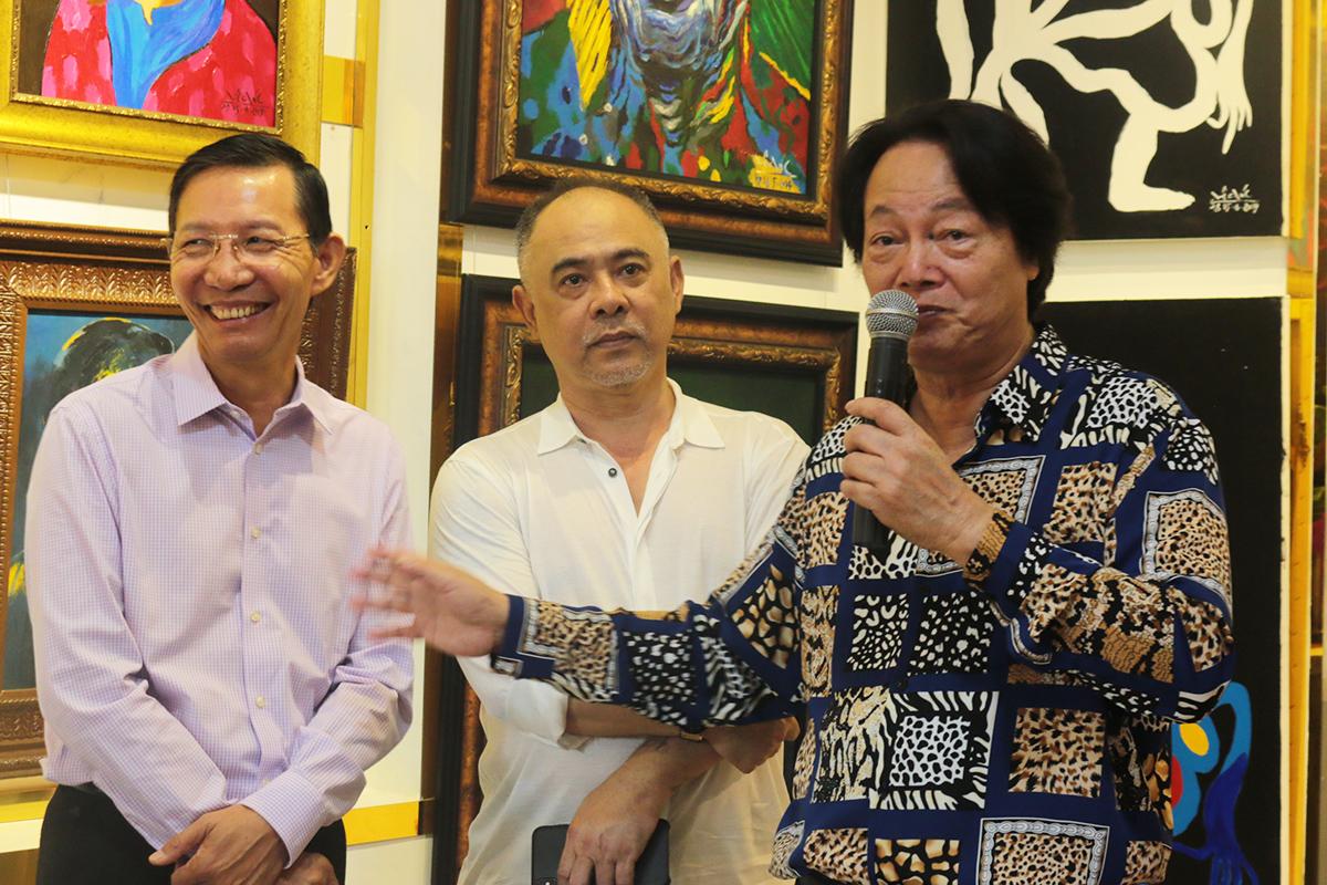 Đào Xuân Tình (trái) - nhà kỷ lục có gần 200 xe đạp Peugeot năm 2019, nhà sưu tầm hội họa Trần Hậu Tuấn (giữa) đến chung vui cùng họa sĩ. Ảnh: Quỳnh Quyên.
