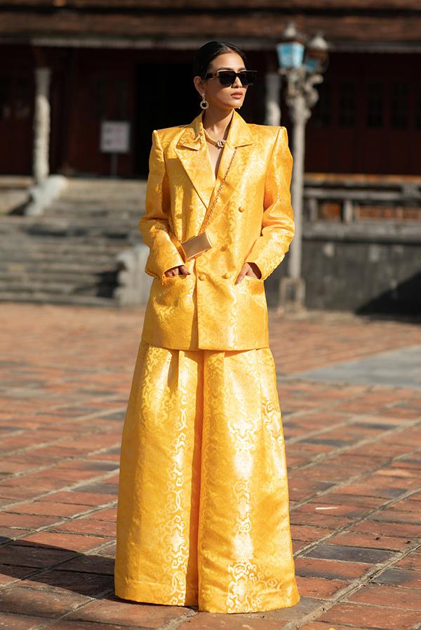 Người đẹp Trương Thị May cá tính với quần suông rộng và áo vest cách điệu.