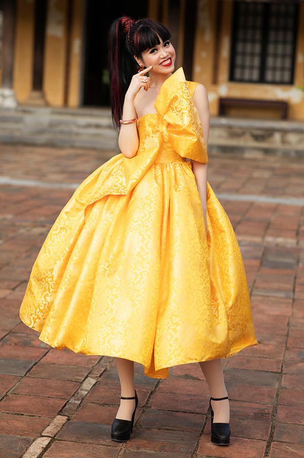 Người mẫu Jesscia Minh Anh trong kiểu đầm xèo chéo vai.