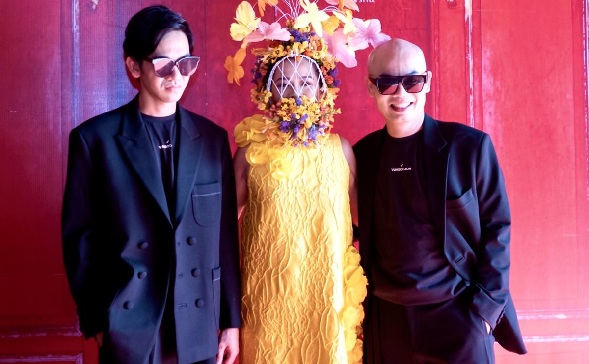 Nhà thiết kế Vũ Ngọc Tú (phải) và Đinh Trường Tùng (trái) lần đầu thực hiện show tại Đại nội Huế.
