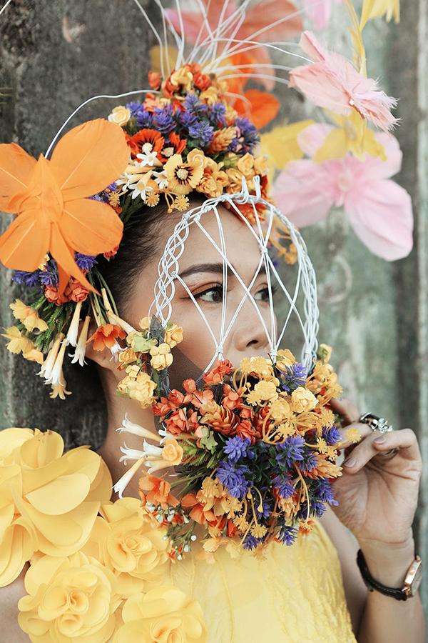 Chị đầu tư chiếc mấn đội đầu và mặt nạ kết hoa như các cung tần, mỹ nữ xưa do Ngô Mạnh Đông Đông thực hiện.