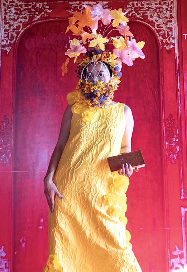Ca sĩ diện bộ váy suông vàng được thiết kế riêng.