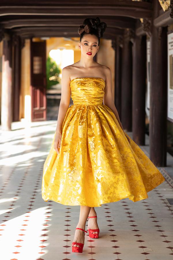 Hoa hậu Tiểu Vy diện váy cúp ngực.
