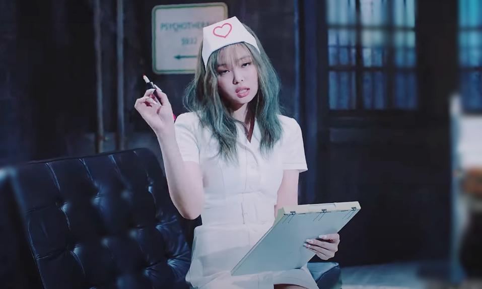 Tạo hình y tá của Jennie trong MV. Ảnh: MV của Blackpink.
