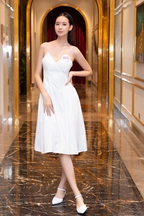 Cô gái Cần Thơ sinh năm 2001 lột xác với trang phục gợi cảm khi xuất hiện trong ngày tập trung thí sinh hai miền ở Hà Nội. Trong bất cứ việc gì tôi làm, nếu được trao cơ hội, tôi sẽ làm tốt nhất có thể, cô nói.