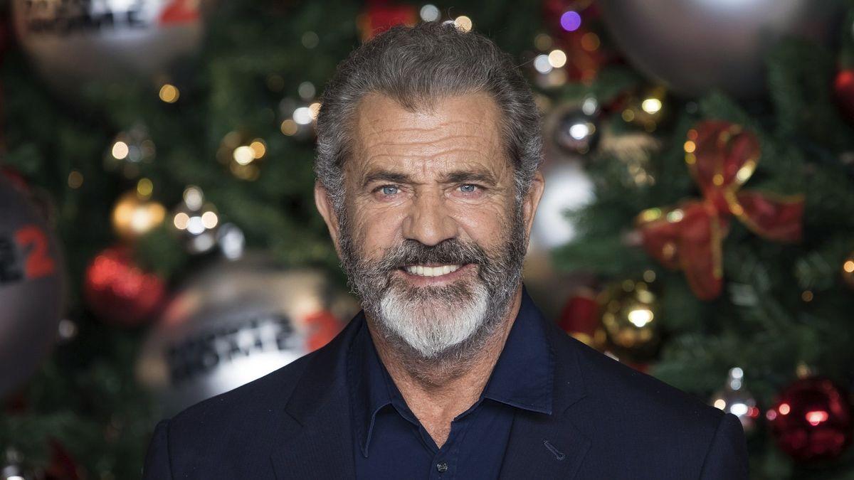 Theo trang Deadline, ngày 7/10, Mel Gibson vào vai chính trong phim hành động - hài đen Fatman. Ông vào vai Ông già Noel bị một sát thủ bám đuôi.  Nhìn thấy Mel Gibson mạnh mẽ trong cảnh mạo hiểm, quyến rũ khi pha trò, người xem dường như quên rằng tài tử đã ở tuổi lục tuần.