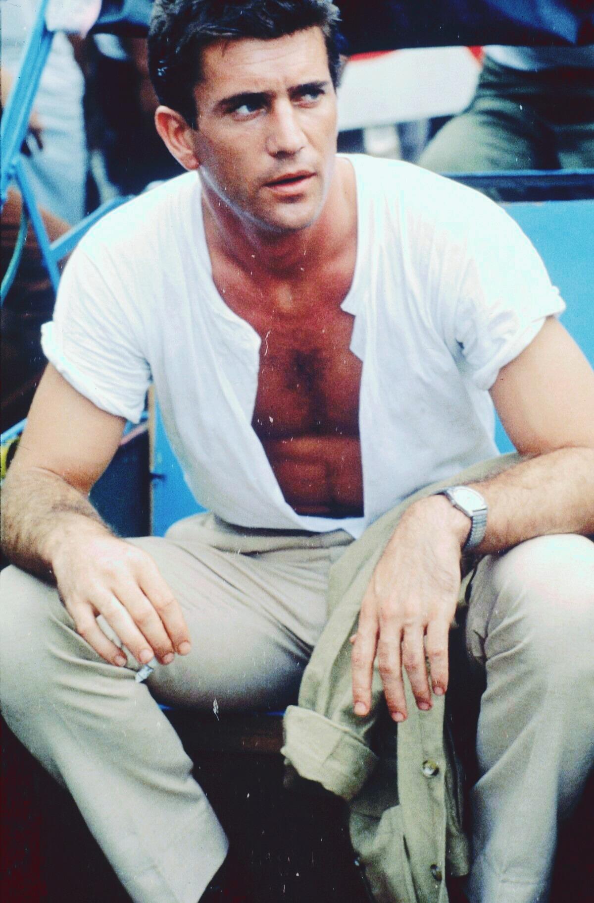 Mel Gibson (3/1/1956) sinh tại New York, Mỹ. Đến năm 12 tuổi, ông theo cha mẹ đến Australia sinh sống. Năm 1974, ông học ở Học viện Kịch nghệ Quốc gia tại Australia. Cùng năm, ông làm quen Joanne Greenberg, nhận vai diễn đầu tiên trong phim I Never Promised You a Rose Garden của đạo diễn này. Ảnh: acid-popsicle-blog.