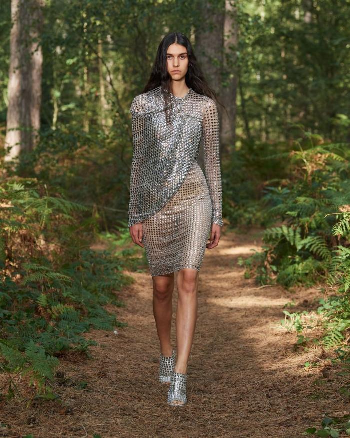Burberry đem tới váy ánh bạc