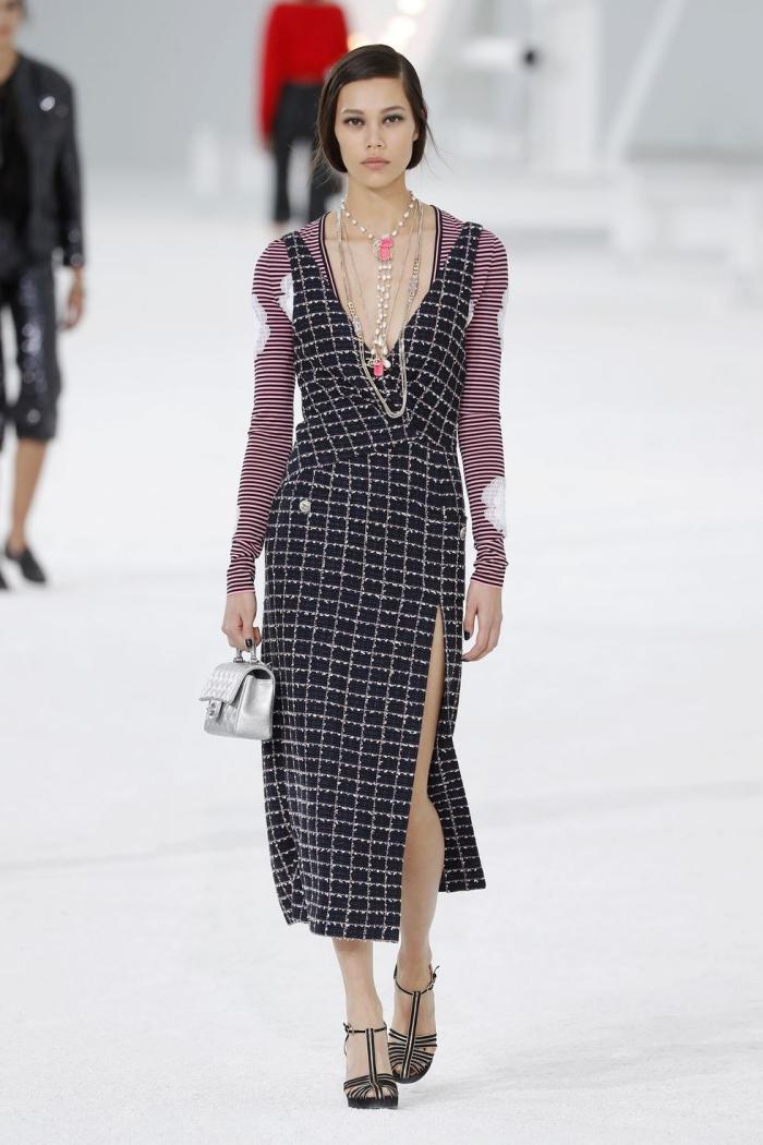 Áo thun kẻ ngang xẻ cổ sâu kết hợp váy ôm vải tweed của Chanel được Elle đánh giá hoàn hảo.