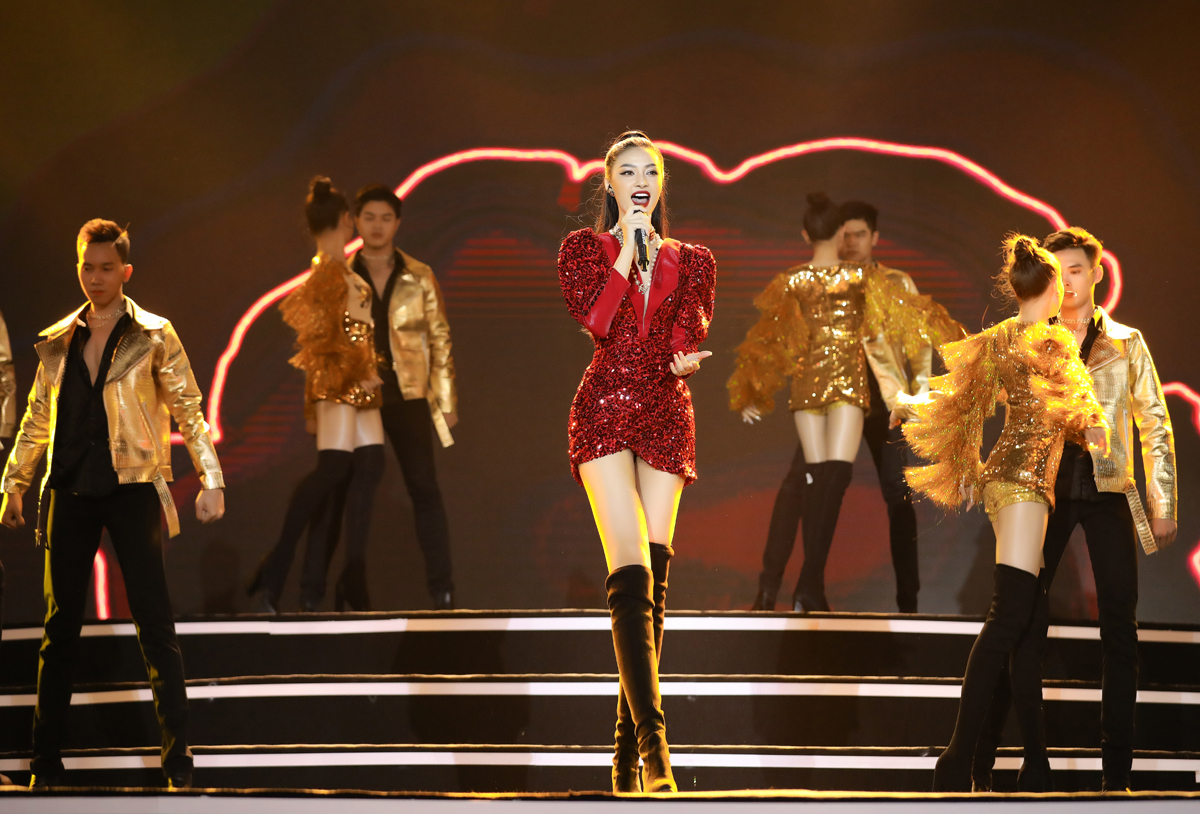 Kiều Loan chọn trang phục đỏ ánh kim khi hát trong chương trình. Ảnh: Sen Vàng.