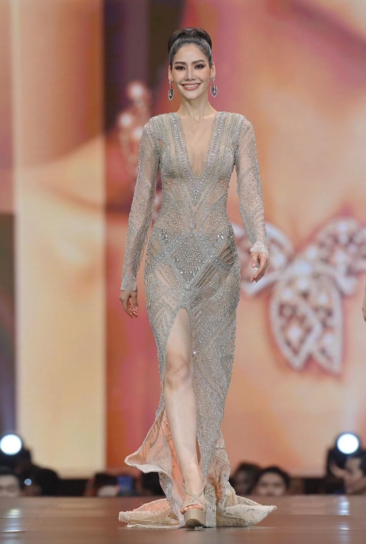 Á hậu 2 thuộc về Punnika Kulsunthornrat, 27 tuổi đến từ tỉnh Prachuap Khiri Khan. Cô từng đoạt danh hiệu Á hậu 1 Hoa hậu Thế giới Thái Lan năm 2018, Á hậu hai cuộc thi Hoa hậu Quốc tế 2014 tại Nhật Bản, đăng quang Hoa hậu Trái đất Thái Lan 2013 và. Cô có thể nói thành thạo tiếng Anh và từng tốt nghiệp thạc sĩ. Người đẹp cao 1,75 m, nặng 53 kg, hiện là người mẫu. Ảnh: TheStandardpop.