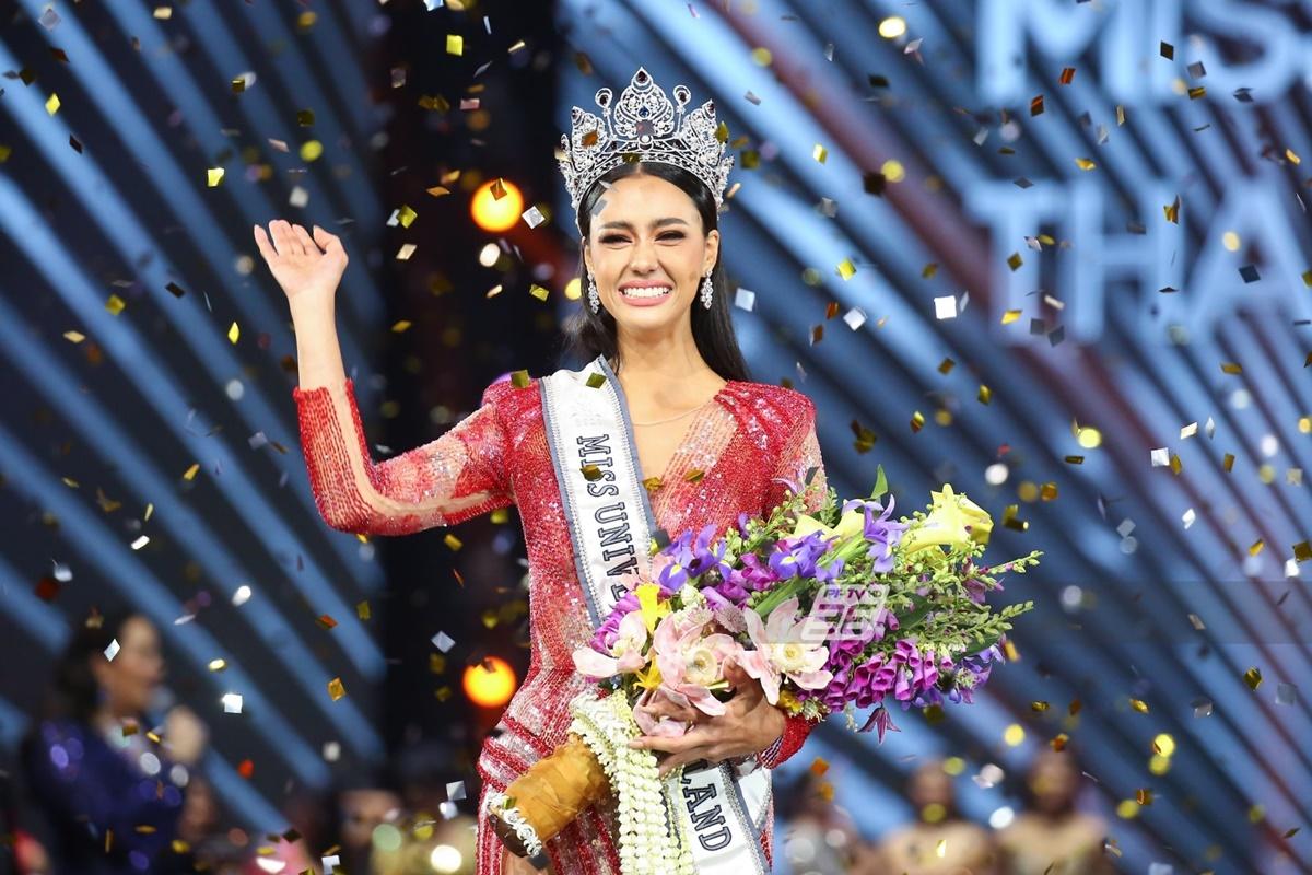 Trong đêm chung kết Hoa hậu Hoàn vũ Thái Lan diễn ra tại True Icon Hall, Icon Siam, Bangkok, Amanda Obdam vượt qua 28 thí sinh giành ngôi vị cao nhất. Cô nhận vương miện trị giá 3,5 triệu baht (hơn 2,5 tỷ đồng) từ khách mời Paweensuda Drouin  - Hoa hậu Hoàn vũ 2019. Ảnh: PPTV.