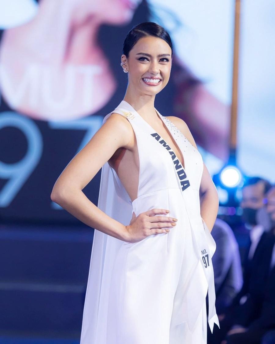 Cô từng là Quán quân Miss Grand Phuket 2016, từng đại diện Thái Lan tham dự Miss Tourism Metropolitan International 2016 và giành ngôi vị cao nhất, vào Top 10 Hoa hậu Thế giới Thái Lan 2015 và là Á hậu 1 của Đại học Toronto.