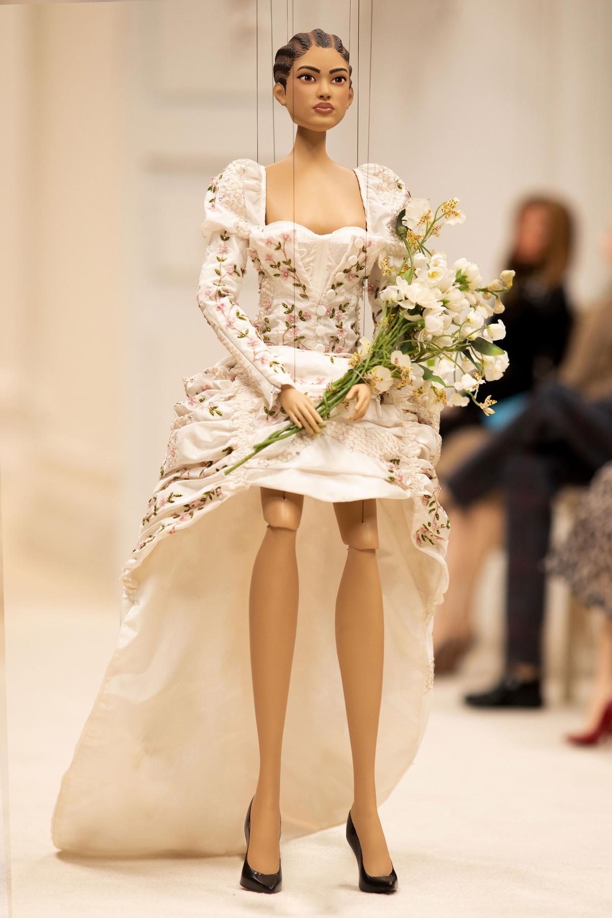 Váy high-low thêu hoa của Moschino. Ảnh: Moschino.