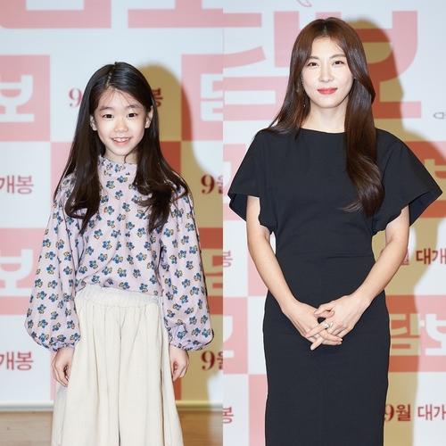 Park So Yi (trái) cùng Ha Ji Won trong buổi họp báo tại Hàn. Theo Koreaherald, sau 11 ngày công chiếu tại Hàn, Pawn bán được 1 triệu vé, đứng đầu phòng vé nội địa. Nhiều khán giả nhận xét diễn xuất của Park So Yi là điểm sáng của phim. Trang Hancinema nhận xét vai Seung-Yi lúc nhỏ tự nhiên, đầy sức sống hơn hẳn nhân vật khi lớn - do Ha Ji Won đóng. Ảnh: CJ Entertainment.