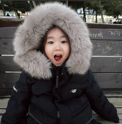 Trong bài phỏng vấn trên trang Daum, đạo diễn Hong Won Chan cảm thấy tự hào vì đã phát hiện ra một diễn viên thiên tài thực sự như So Yi. Theo Hancinema, đạo diễn từng gặp áp lực khi không tìm được sao nhí nào cho Deliver Us from Evil. Nhưng khi xem So Yi diễn, anh đã có thể thở phào nhẹ nhõm. Ảnh: Hancinema.