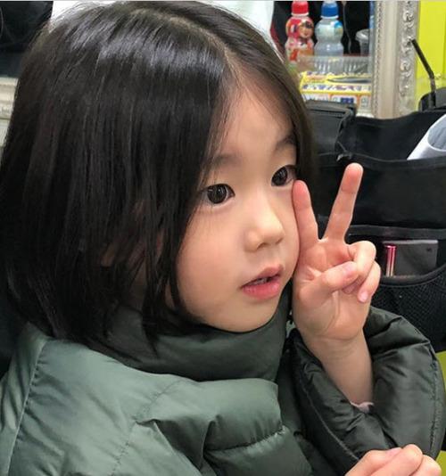 Park So Yi sinh ngày  12/3/2012 tại Hàn Quốc. Park So Yi diễn xuất lần đầu năm 2018, vai nhỏ trong phim truyền hình Mistress (2018). Sau đó, cô đóng những vai phù hợp lứa tuổi, trong Do Do Sol Sol La La Sol, My Country: The New Age, Her Private Life. Ảnh: park-soi - instagram.