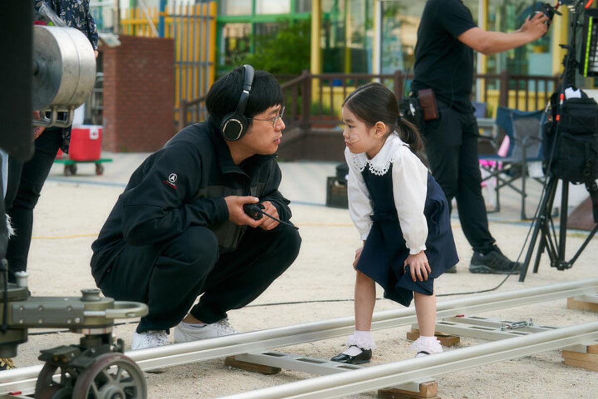 Đạo diễn Dae Gyu Kang (trái) và Park So Yi tại trường quay. Trong buổi họp báo hồi tháng 9, đạo diễn Dae Gyu Kang nói  Park So Yi là viên ngọc thô, càng mài càng sáng. Vừa chạy nhảy, nô đùa khắp trường quay, ngay lúc sau cô bé đã diễn ngọt cảnh khóc, Gyu Kang chia sẻ. Đạo diễn nhận xét So Yi là một cô bé luôn cười, tràn đầy năng lượng tích cực. Thời điểm Cục nợ hóa cục cưng chưa bấm máy, Park So Yi đã được trải qua buổi thử vai với khoảng 300 thiếu nhi khác. Ảnh: park-soi - instagram.