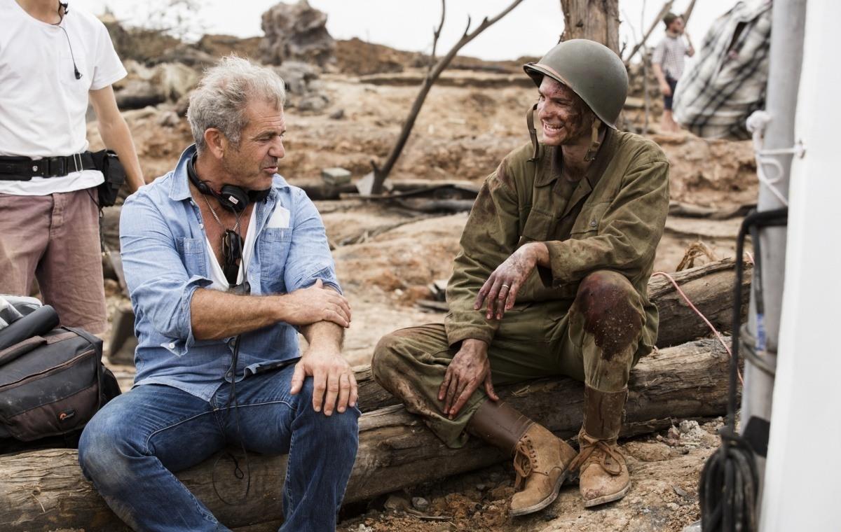 Trong vai trò đạo diễn, Mel Gibson được đồng nghiệp nhận xét là kỹ tính, chỉn chu. Theo Variety, Mel Gibson từng tầm sư học đạo ba đạo diễn nổi tiếng của thập niên 80 là George Miller, Peter Weir và Richard Donner. Với phim Hacksaw Ridge, Gibson nhận hơn 10 đề cử tại các giải thưởng phim lớn, hạng mục Đạo diễn Xuất sắc, trong đó có giải Quả cầu Vàng 2017. Ảnh: Imdb.