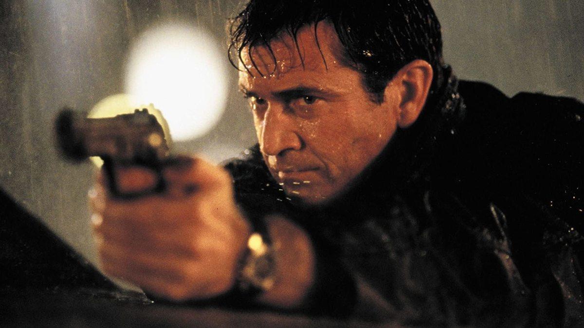 Năm 1998, ông và Danny Glover tái xuất trong Lethal Weapon 4. Phim đứng đầu phòng vé trong ba ngày công chiếu đầu tiên, doanh thu 34,5 triệu USD. Người hâm mộ nhìn thấy sự điềm tĩnh, tự tin của Gibson khi diễn; khác với hình tượng nóng nẩy, sôi nổi ngày trước. Cây viết Michael OSullivan của Washington Post khen ngợi diễn xuất của Gibson và Glover, nhưng phê bình phim vì quá bạo lực và không có chiều sâu. Ảnh: Imdb.